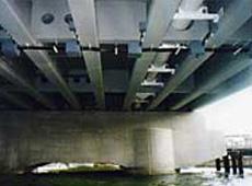 電気防蝕施工後の橋桁